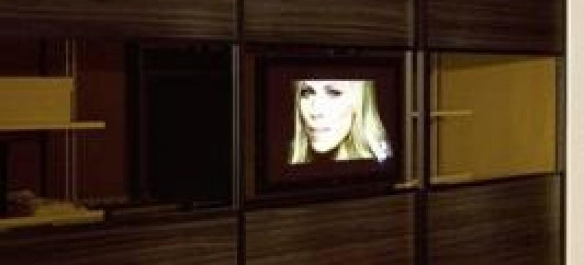 TV de LCD na porta do armário