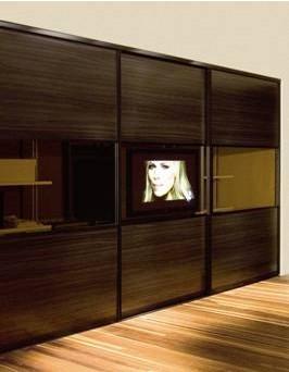tv de lcd acopladaà porta do armário