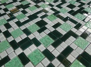 Mosaicos de vidro para enfeitar pisos e paredes