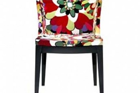 Cadeiras modernas deixam o espaço hi-tech
