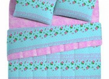Vista a cama com estampas florais e desenhos gráficos