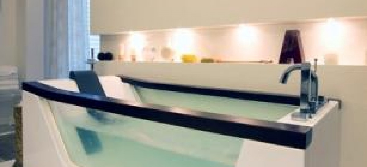 Banheira com parede de vidro