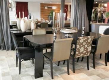 Sala de jantar preparada para receber