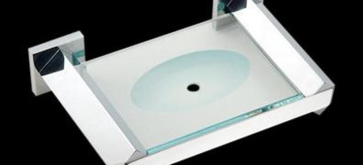Acessórios de alumínio no banheiro