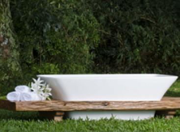 Banheira com madeira de demolição