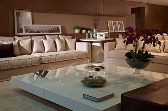 Apartamento Decorado, Sérgio Palmeira. O apartamento é contemporâneo, sofisticado em tons de bege e com cadeiras que remetem anos 60.