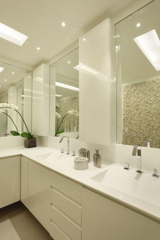 Banheiro branco com 2 cubas