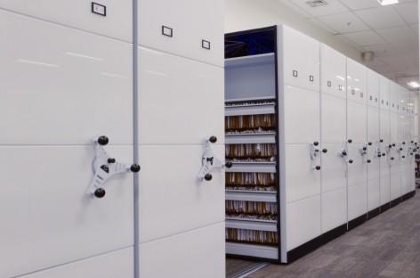 Mobiliário corporativo feito em vidro dá sofisticação ao ambiente de trabalho