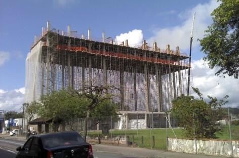 Prédio construído de cima para baixo reduz impacto ambiental