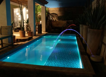 Arcos de iluminação de piscinas dão novo clima ao ambiente. Confira!