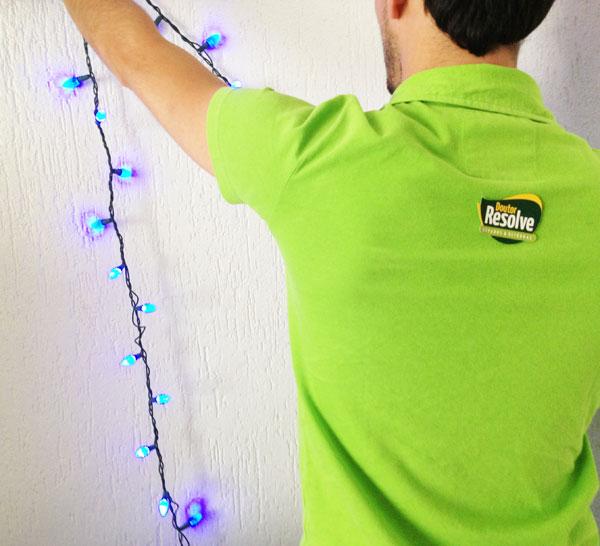 Instalação das luzes de Natal na parede