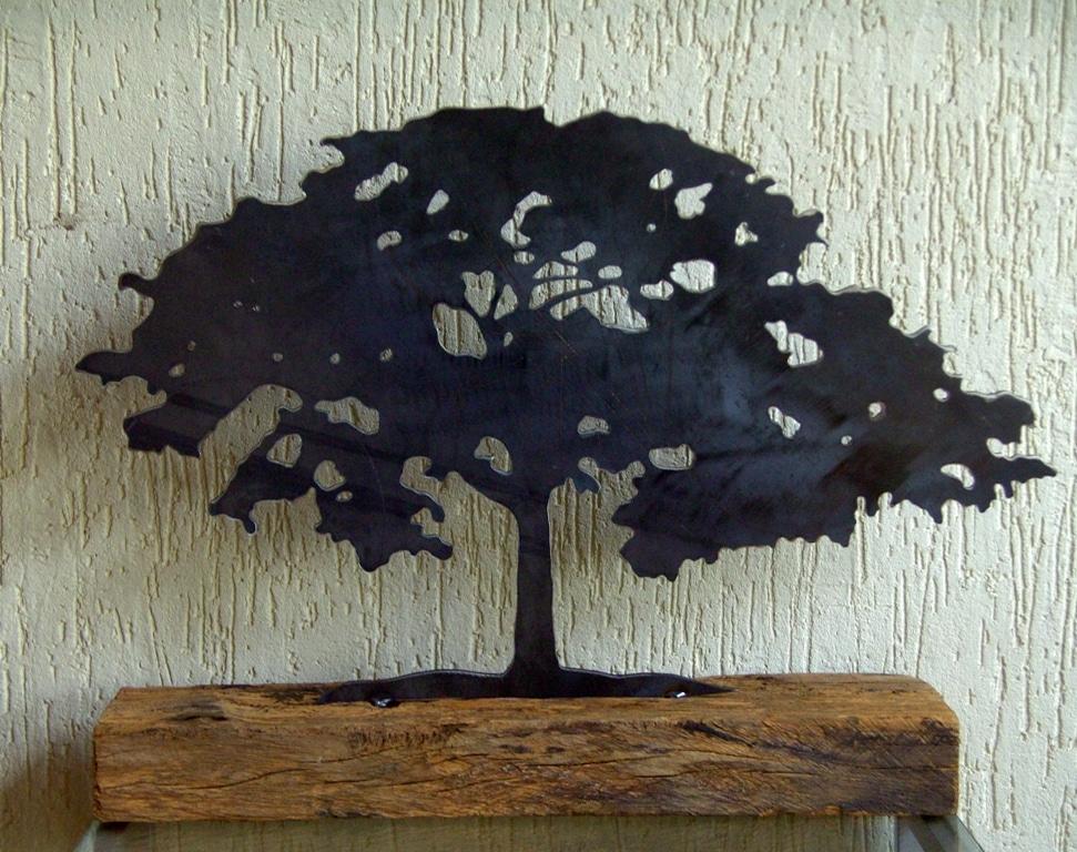 Escultura em formato de árvore de Jocimar Tavares