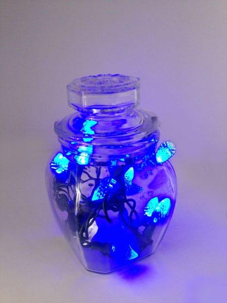 Instalação das luzes de Natal em um pote de vidro