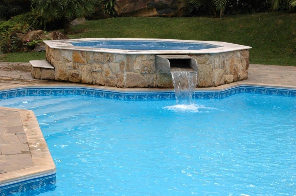 Cascatas para piscinas veja dicas e modelos reforma f cil for Modelos de piscinas modernas