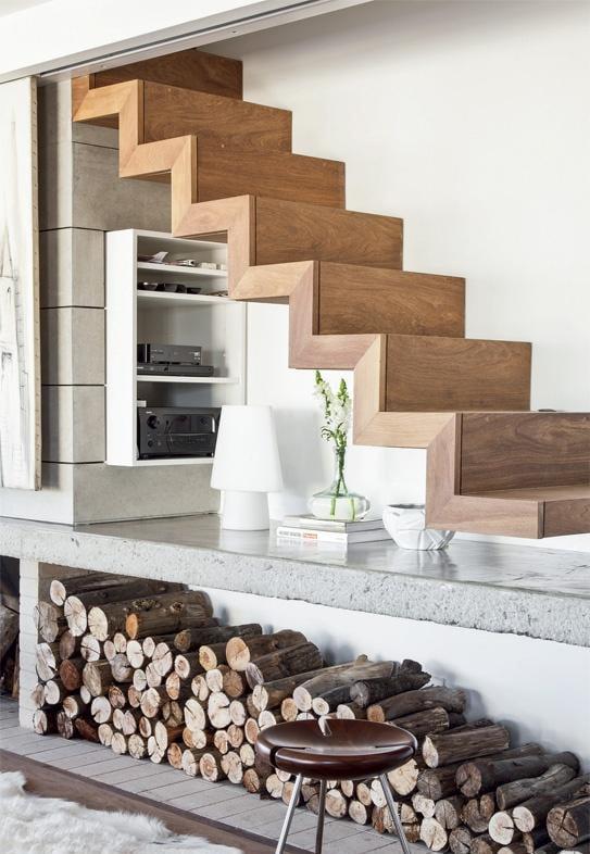 Aproveite o espaço disponível embaixo da escada e crie um ambiente bonito (Foto: divulgação)
