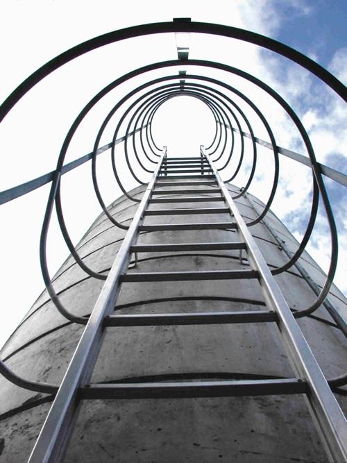 Conforme a altura, as escadas marinheiro exigem algumas regras para sua instalação. (Foto: Divulgação)