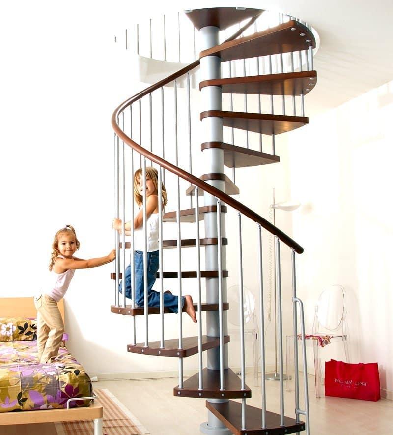 A escada caracol é um ótimo elemento para otimizar o espaço (Foto: Divulgação)