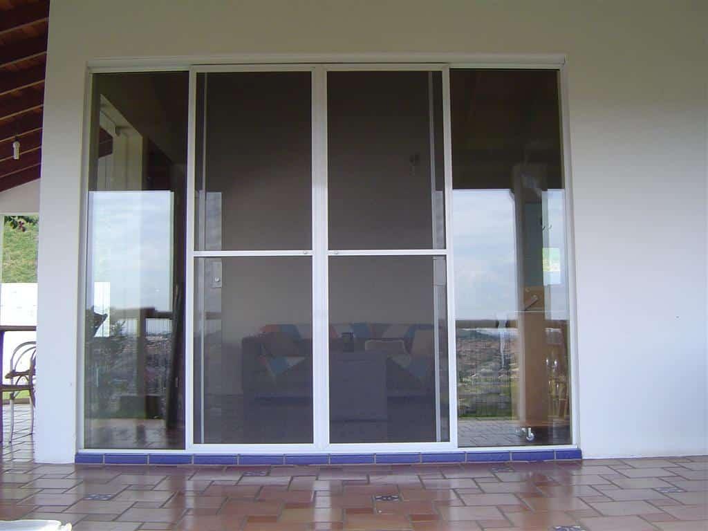 #485D83 Portas de correr de alumínio. sala. (Foto: Divulgação) 1114 Portas E Janelas De Aluminio Para Cozinha