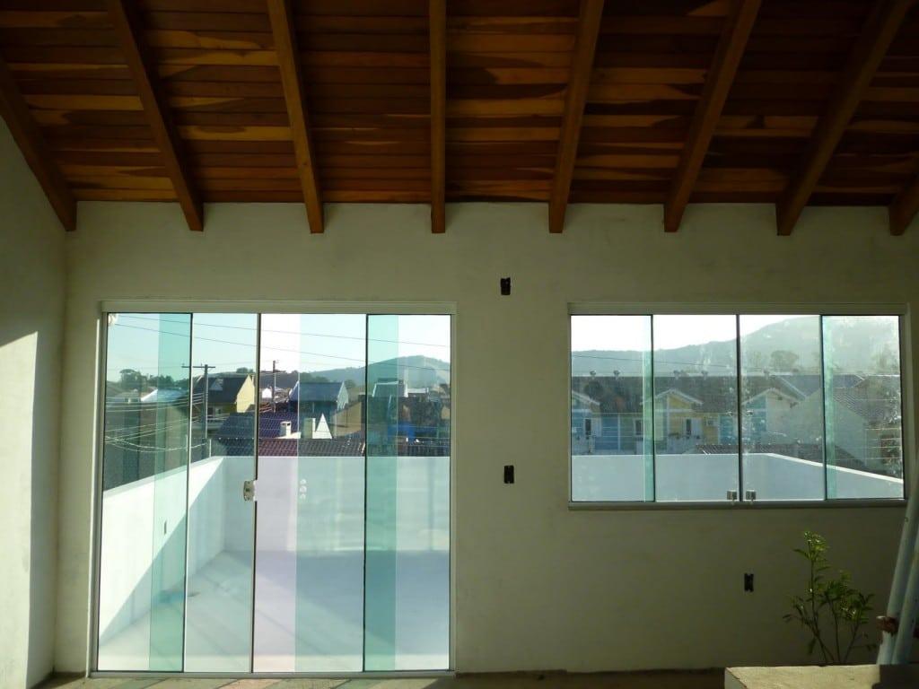 #583D12 Como limpar portas e janelas de vidro (Foto: Divulgação) 40 Janelas De Vidro Cortina