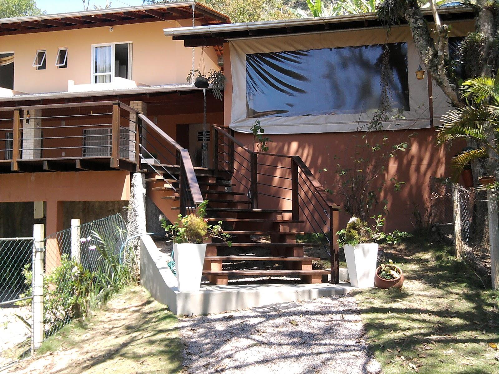 Escada de madeira, instalada em área externa. (Foto: Divulgação)