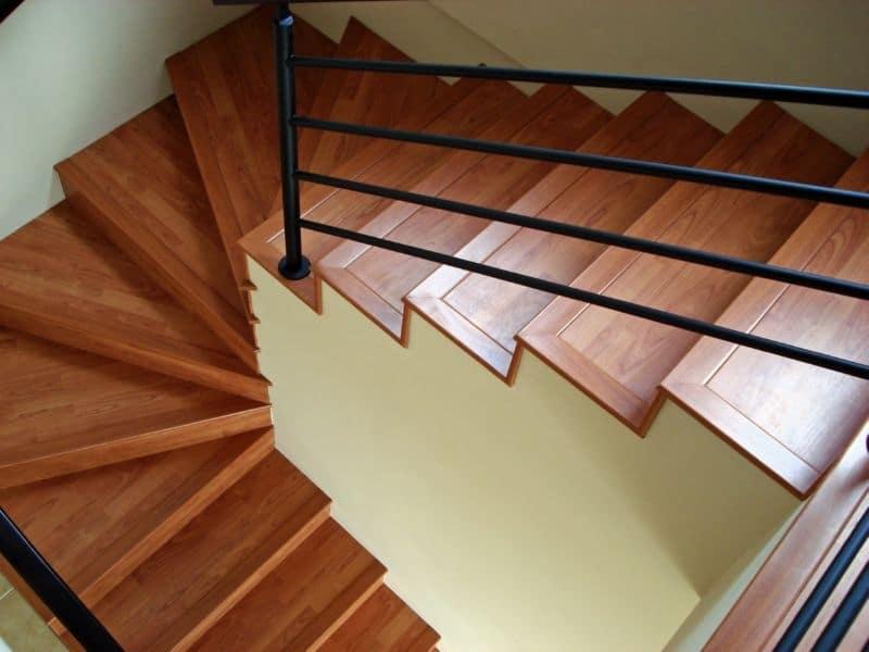 As escadas de piso laminado podem ser uma boa opção para ter as características da madeira, porem de modo mais econômico. (Foto: Divulgação)