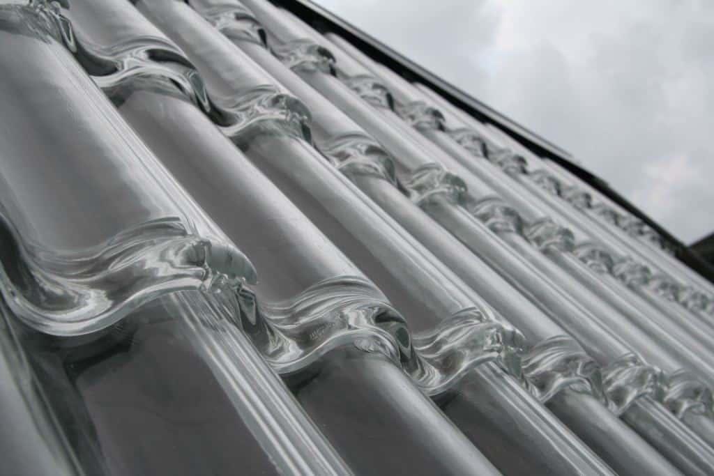 As telhas de vidro são boas opções para permitir a passagem de luz natural para o interior do ambiente. (Foto: Divulgação)