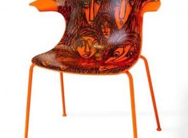 Exposição de cadeiras customizadas