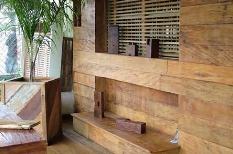 Painéis executados com madeira de demolição