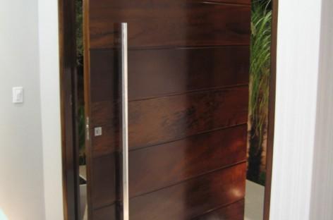 Portas pivotantes de madeira