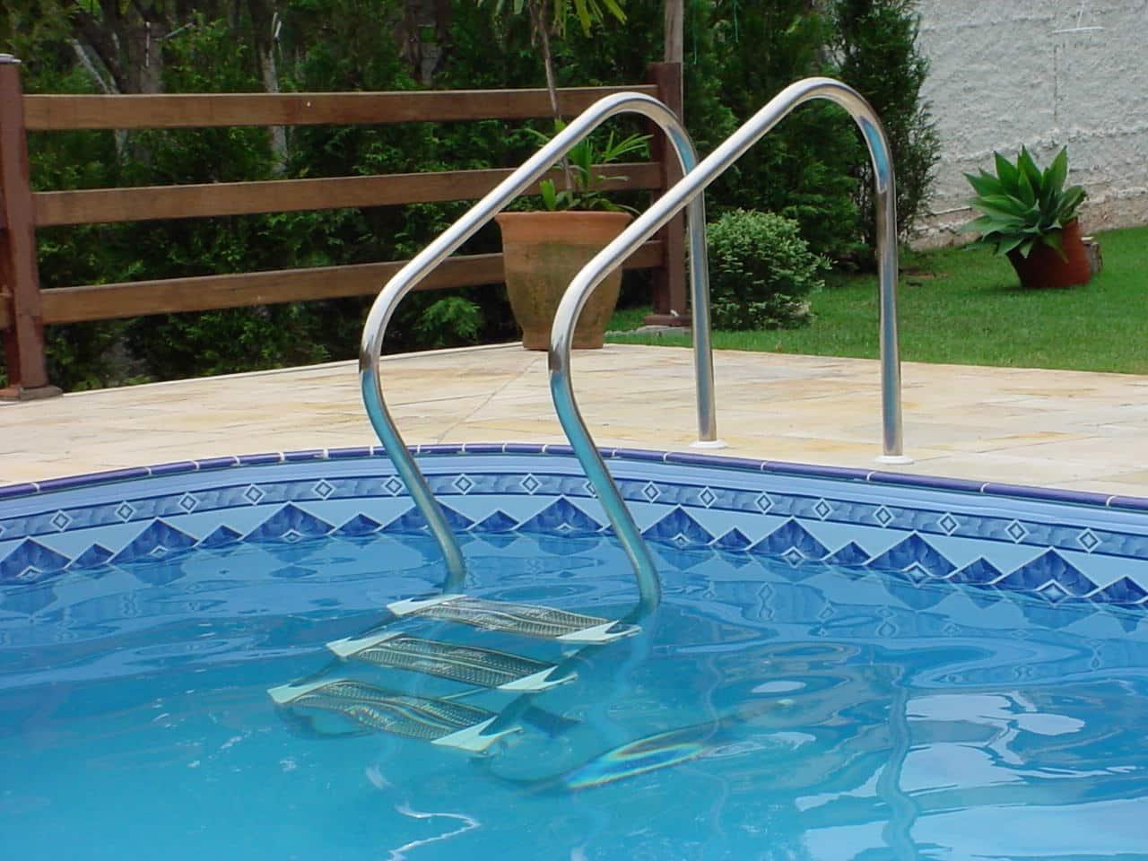 Escada de aço inox para piscina. (Foto:Divulgação)